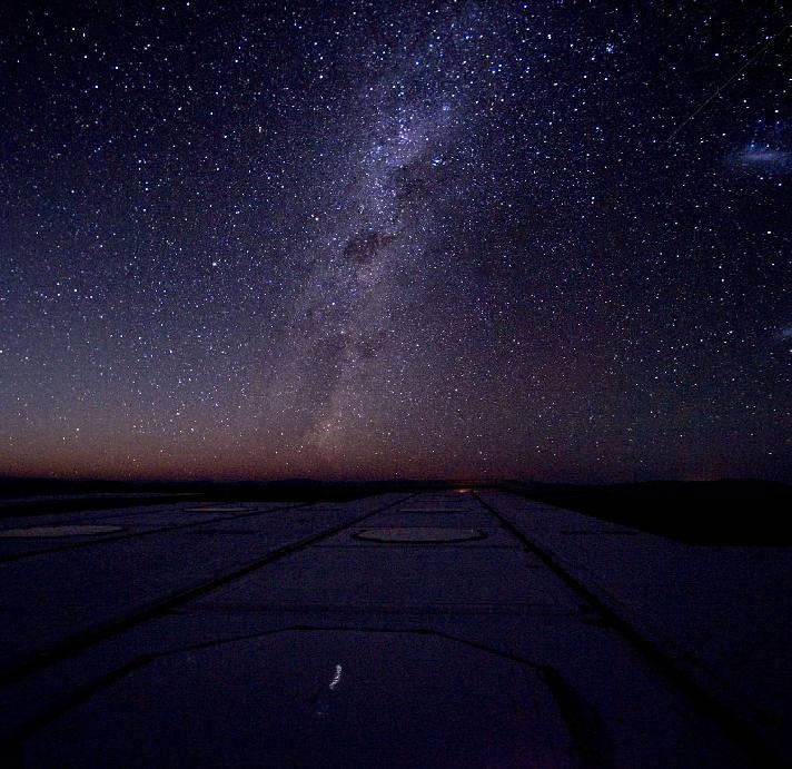 آسمان شب.تاثیر نور بنفش به عنوان نورغالب کاملاً مشهود است.