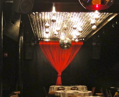 استفاده مطلوب از نور قرمز در نورپردازی به صورت نور غیر قالب در جهت القاء حس گرسنگی